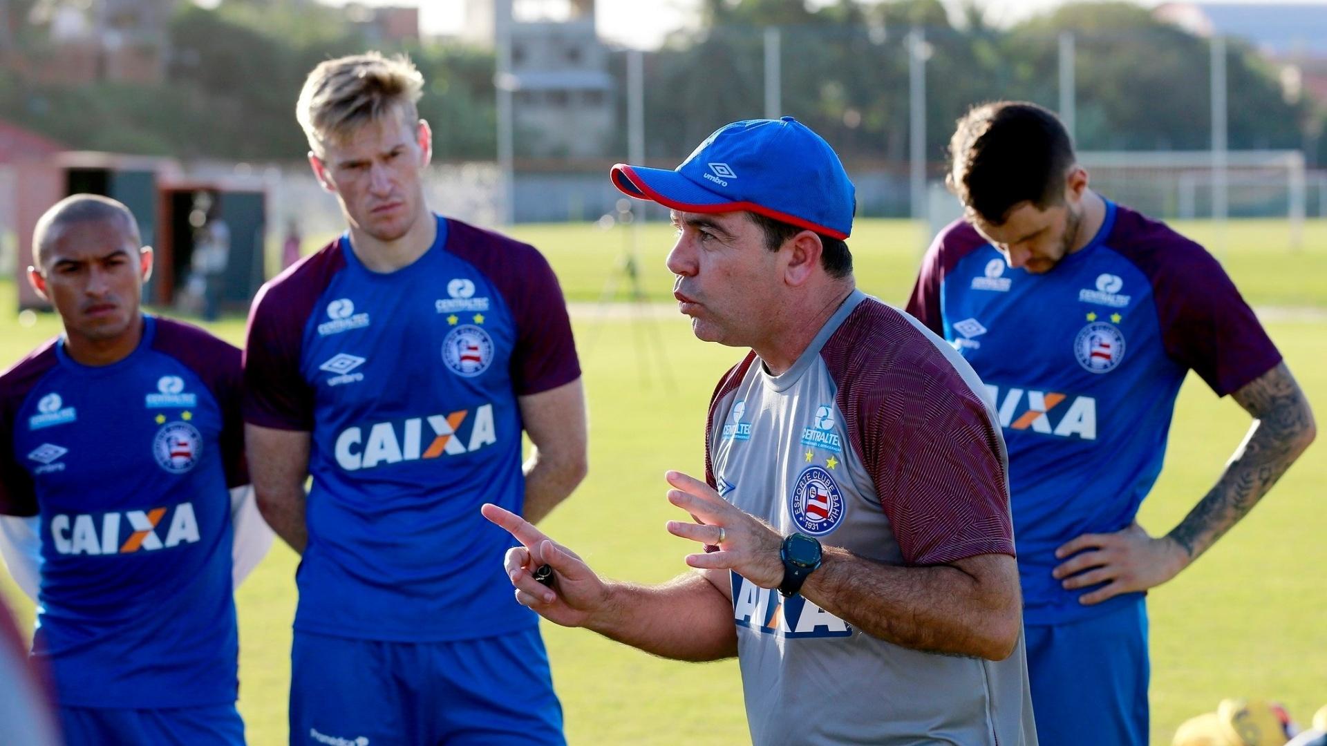 Técnico Enderson Moreira dá instruções a jogadores do Bahia durante treino