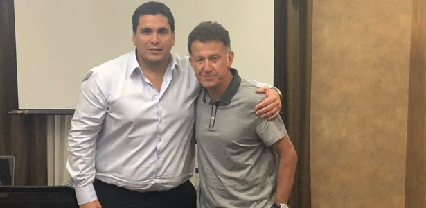 Osorio (dir) posa com o presidente da Associação Paraguaia de Futebol, Robert Harrison - Reprodução/Twitter