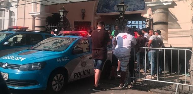Polícia Militar reforça segurança na entrada de São Januário durante protesto da torcida