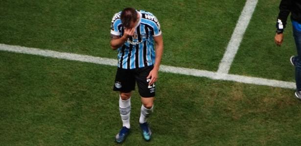Bressan deixou o campo chorando após pênalti em eliminação do Grêmio