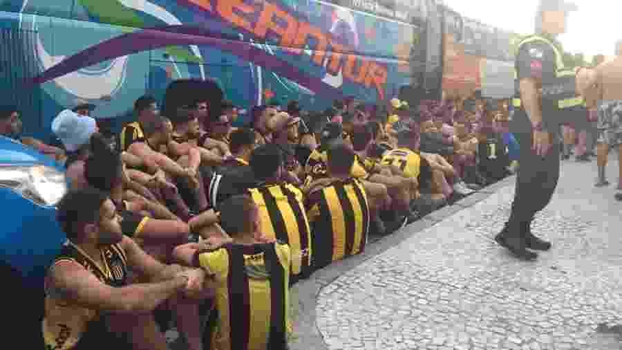 Torcedores do Peñarol foram detidos após assaltarem e agredirem rubro-negros - Silvia Ribeiro/UOL