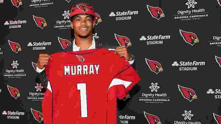 Kyler Murray, número 1 do draft da NFL, posa com sua nova camisa como quarterback do Arizona Cardinals durante coletiva - Christian Petersen/Getty Images/AFP