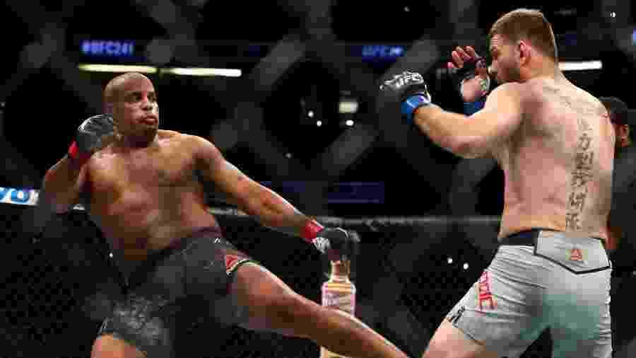Cormier é nocauteado no UFC e deixa possibilidade de aposentadoria no ar - Joe Scarnici/Getty Images/AFP