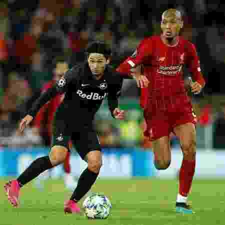 Minamino e Fabinho disputam bola durante Liverpool x Salzburg - REUTERS/Andrew Yates - REUTERS/Andrew Yates