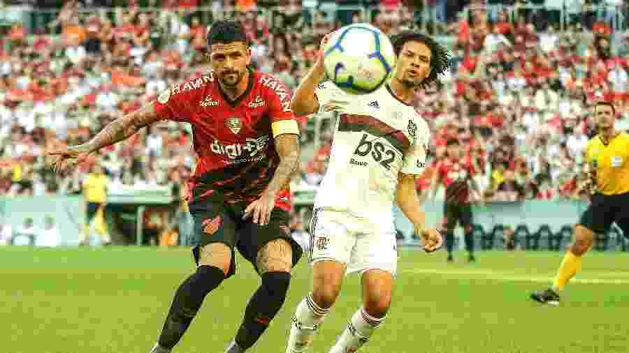 Lucho Gonzalez, do Athletico, disputa bola Willian Arão, do Flamengo, em jogo de outubro - Gabriel Machado/AGIF