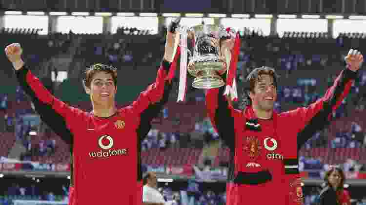 Cristiano Ronaldo e Van Nistelrooy erguem taça da Copa da Inglaterra - Matthew Peters/Manchester United/Getty Images - Matthew Peters/Manchester United/Getty Images
