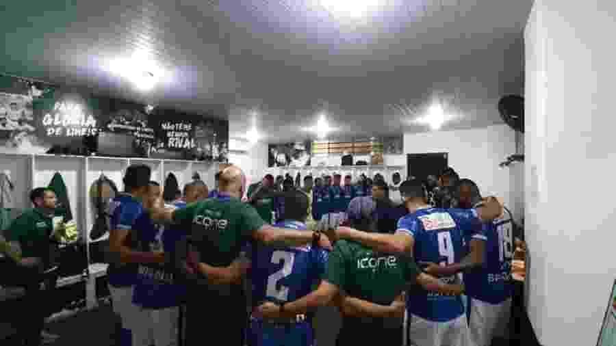 Elenco do Santo André reunido no vestiário: time tem seis vitórias, um empate e três derrotas - Reprodução/Facebook