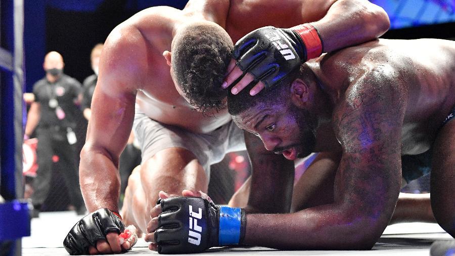 Alistair Overeem consola Walt Harris após luta no UFC - Douglas P. DeFelice/Getty Images
