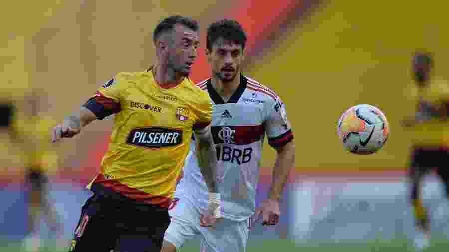 Rodrigo Caio disputa bola com Damian Diaz durante Barcelona-EQU x Flamengo; time equatoriano não registrou casos de covid-19 - RODRIGO BUENDIA / POOL / AFP
