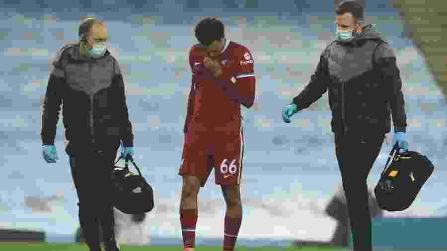 Trent Alexander-Arnold, do Liverpool, deixa o campo machucado durante jogo contra o Manchester City - Andrew Powell/Getty Images