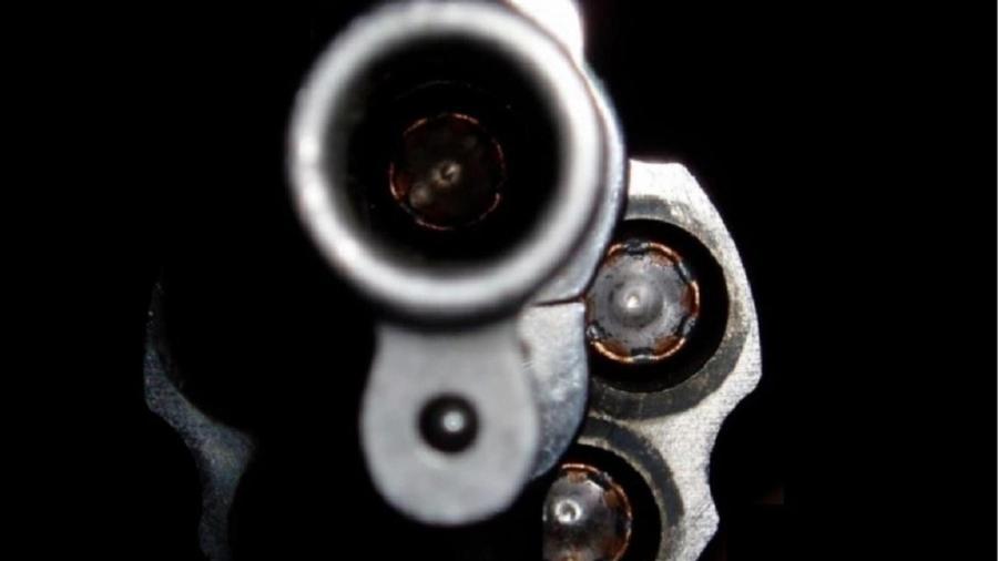 close em tambor e cano de revólver, arma, violência, tiro - reprodução