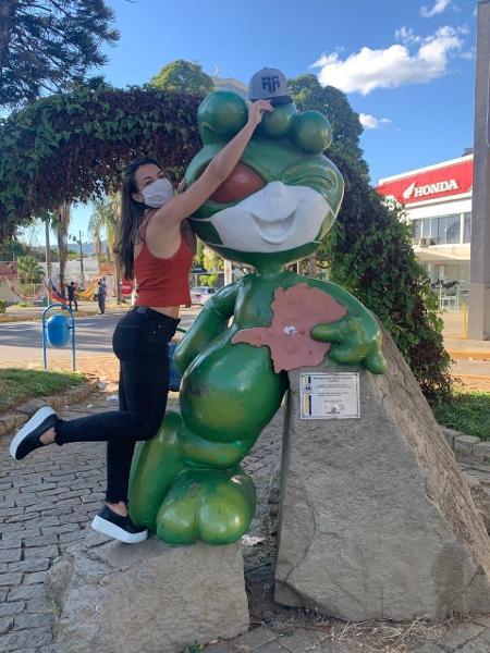 Amanda Ribas tira foto ao lado do ET, personalidade ilustre em Varginha - Arquivo pessoal