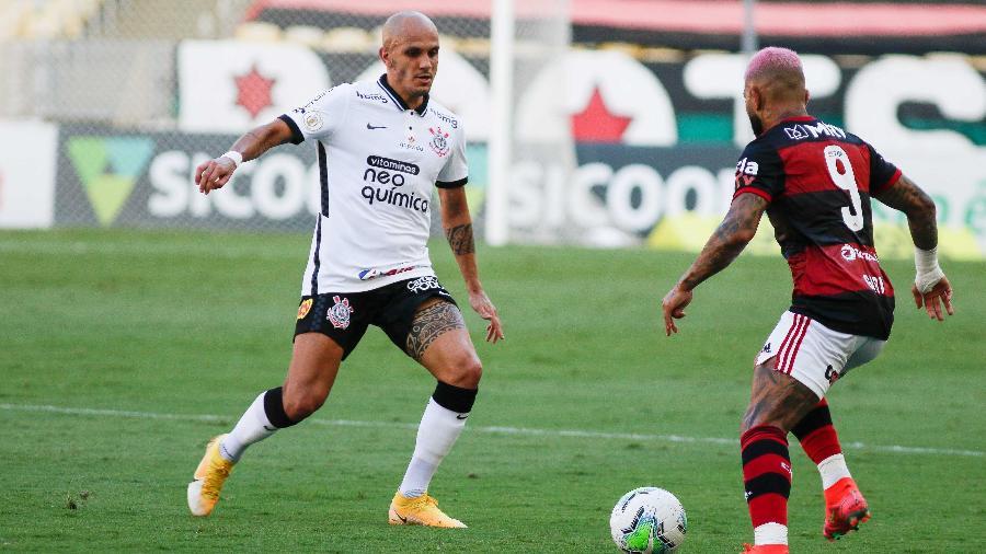 Fábio Santos, do Corinthians, e Gabigol, do Flamengo, durante partida válida pelo Brasileirão 2020 - Rudy Trindade/Estadão Conteúdo