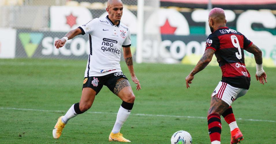 Fábio Santos, do Corinthians, e Gabigol, do Flamengo, durante partida válida pelo Brasileirão 2020