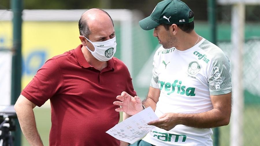 O gerente de futebol Cícero Souza e o técnico Abel Ferreira durante treino do Palmeiras - Fabio Menotti