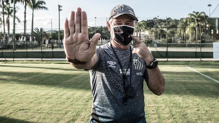 Ariel Holan em treino do Santos incentiva protocolo de segurança contra a covid-19 - Ivan Storti/Santos FC