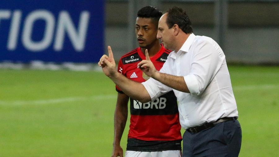 Rogério Ceni passando orientações a Bruno Henrique durante a partida do Flamengo contra o Atlético-MG, pela 10ª rodada do Brasileirão 2021. - Fernando Moreno/Fernando Moreno/AGIF