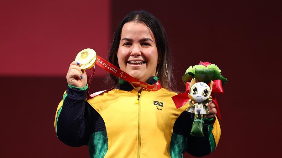 """Mariana D""""Andrea exibe medalha de ouro conquistada no helterofilismo nas Paralimpíadas 2020 - REUTERS/Marko Djurica"""