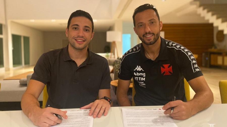 Nenê (esq) assina contrato até dezembro de 2022 com o Vasco ao lado do diretor-executivo Alexandre Pássaro - Divulgação / Vasco