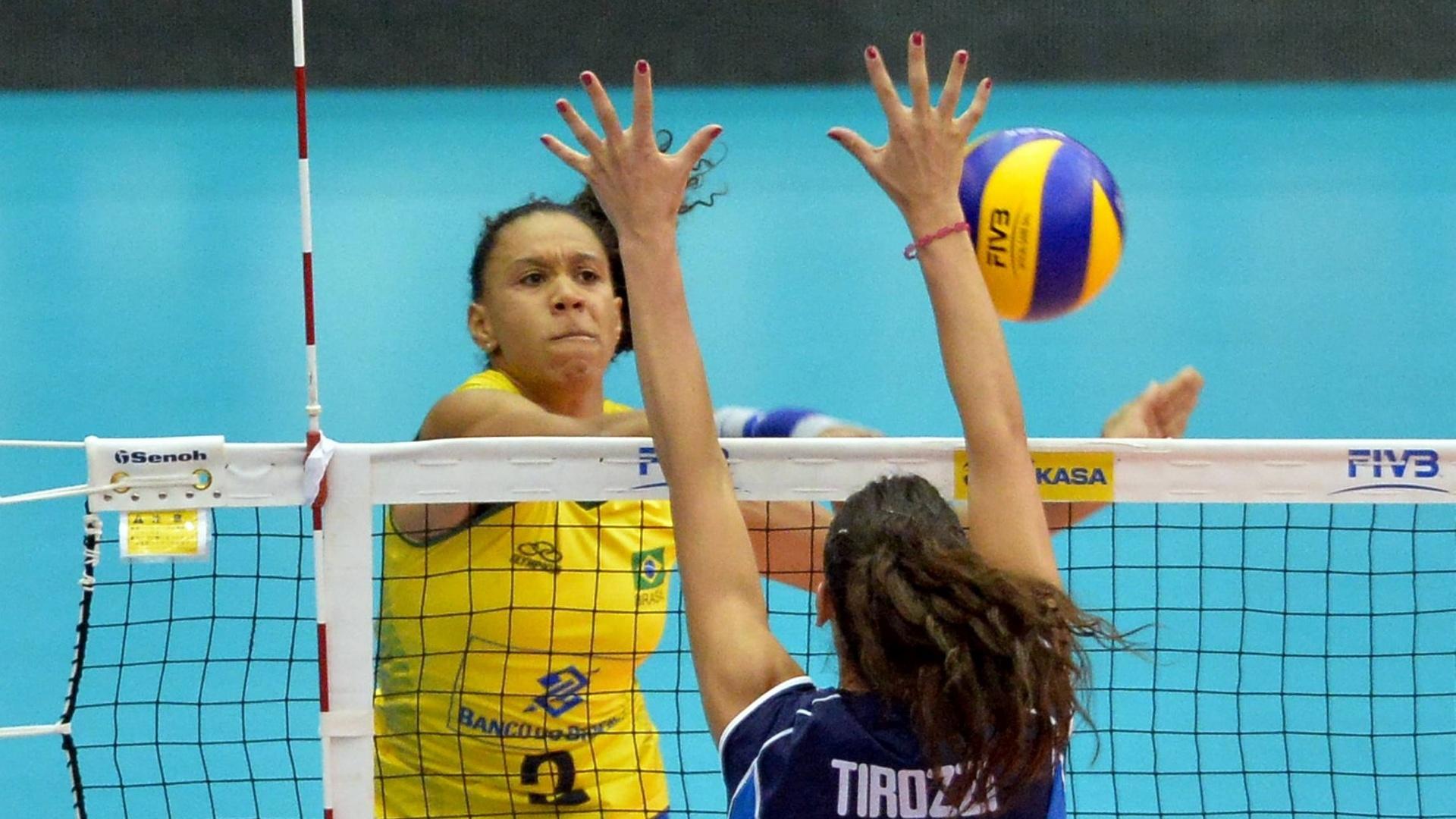 18.jul.2015 - Central Juciely anotou 18 pontos - dez deles em bloqueios - e foi o destaque do Brasil em vitória sobre a Itália no Grand Prix de vôlei feminino.