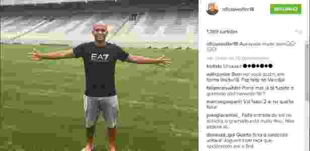Walter tira foto no campo da Arena da Baixada, que agora conta com grama sintética - Reprodução/Instagram