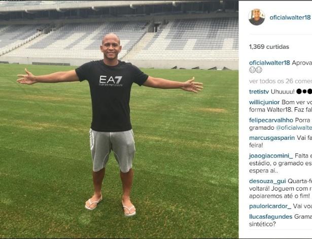 Walter tira foto no campo da Arena da Baixada, que agora conta com grama sintética