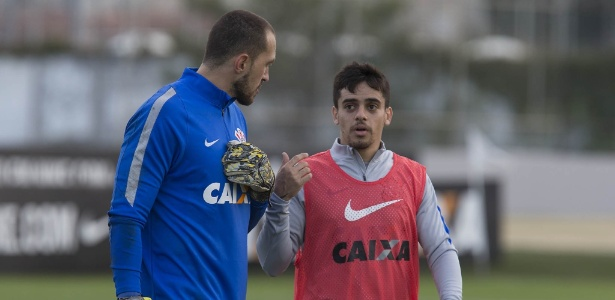 Walter, que será titular em Salvador, conversa com Fagner no treino de sexta-feira