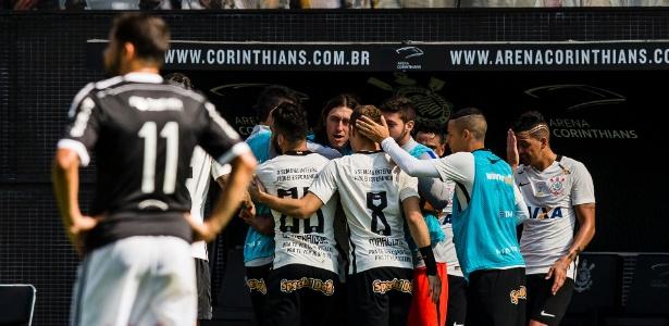 Jogadores do Corinthians comemoram gol contra a Ponte Preta - Adriano Vizoni/Folhapress