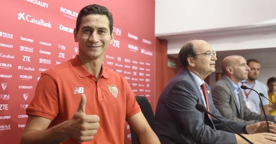 Meia Paulo Henrique Ganso se apresenta ao Sevilla