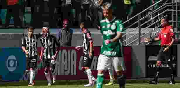 Leandro Donizete comemora com os companheiros após marcar gol da vitória do Atlético-MG contra o Palmeiras - Ale Cabral/AGIF - Ale Cabral/AGIF