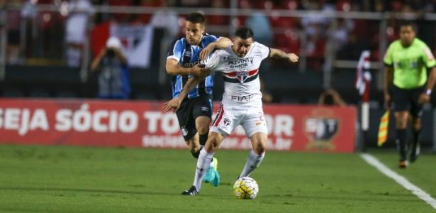 Mena, do São Paulo, tenta se livrar da marcação de Ramiro, do Grêmio, no Morumbi