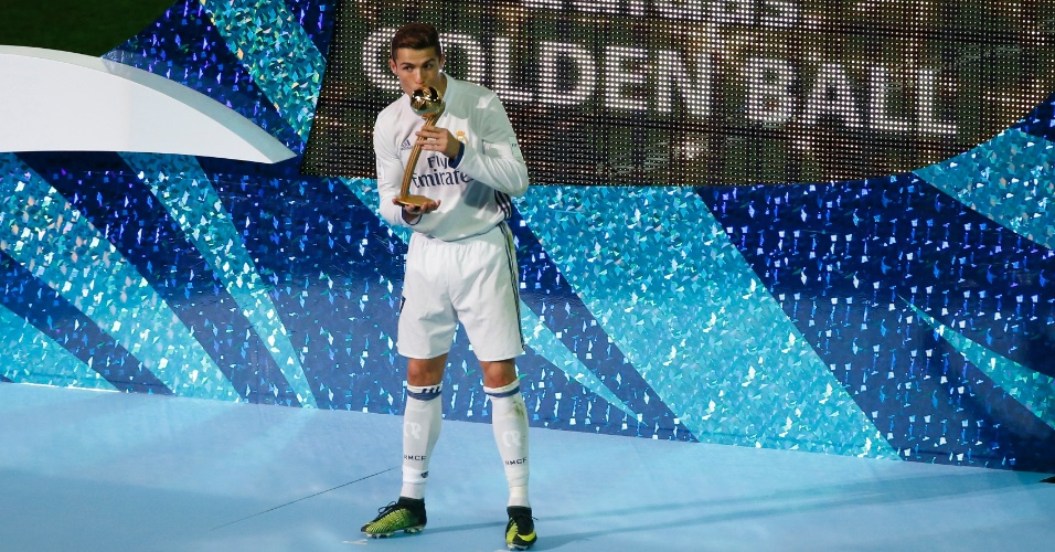 Cristiano Ronaldo beija a taça de melhor jogador do Mundial; ele fez quatro gols na competição, três na final