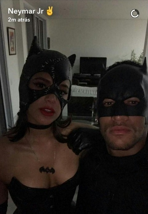 Bruna Marquezine e Neymar posam lado a lado para uma foto
