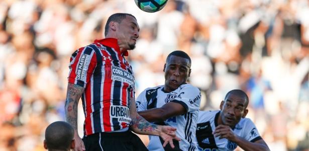 Atacante Lins (no centro) deve ser negociado com o futebol do exterior