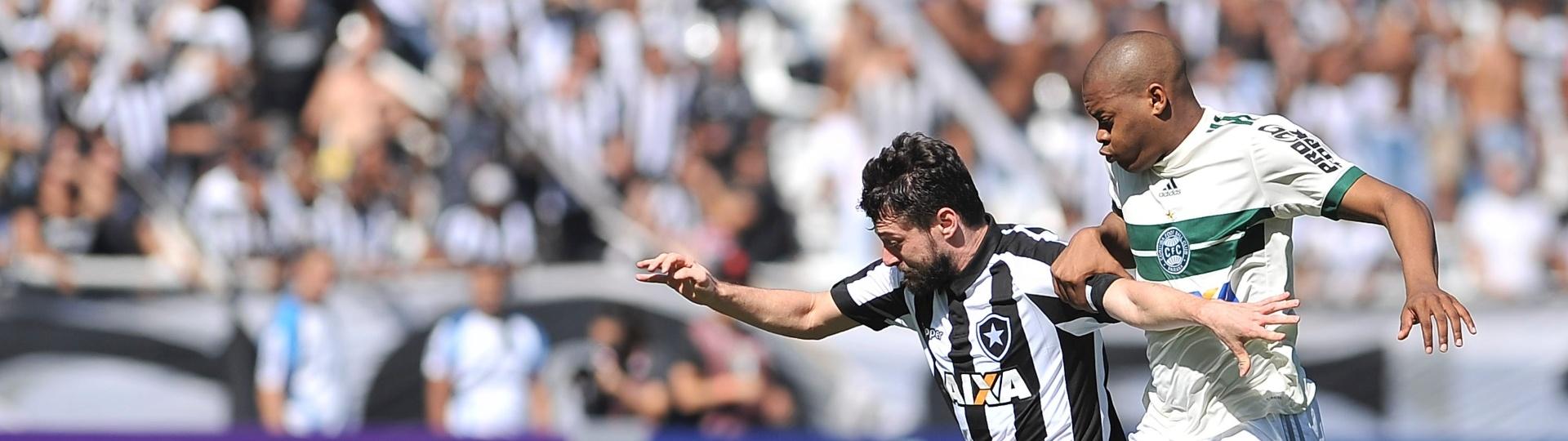 João Paulo do Botafogo disputa lance com Márcio do Coritiba