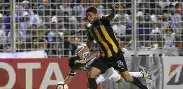 O beque do Peñarol foi multado e 2 mil dólares e suspenso por dois jogos - WALTER MONTEROS/AFP