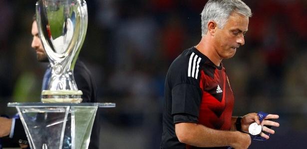 José Mourinho se recusa a colocar a medalha no peito após derrota do United