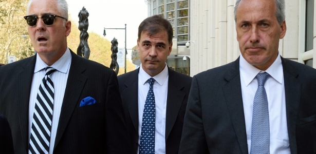 Alejandro Burzaco (ao centro) disse à Justiça dos EUA que Globo teria pagado propina para conseguir transmissão - AFP PHOTO/DON EMMERT