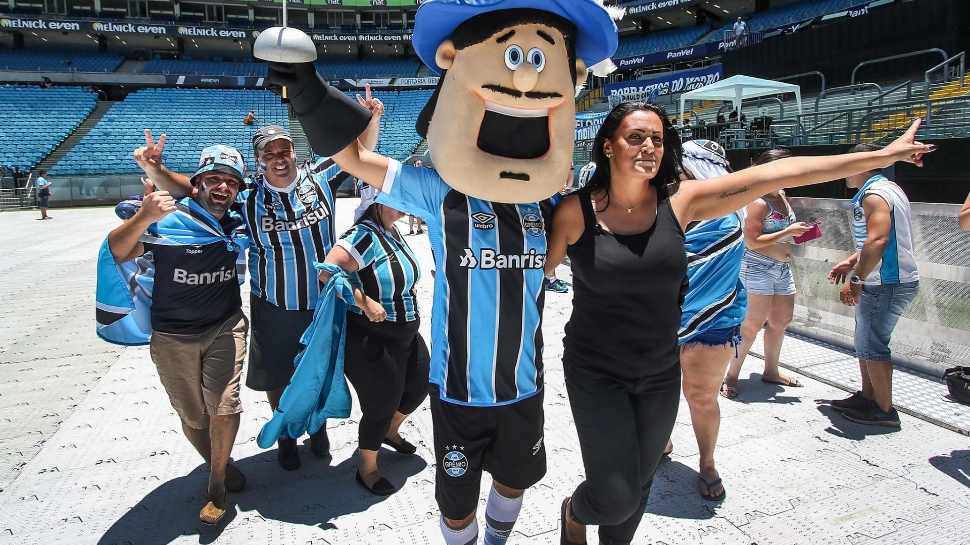 Torcedores chegam à Arena do Grêmio para acompanhar a final do Mundial de Clubes por telão