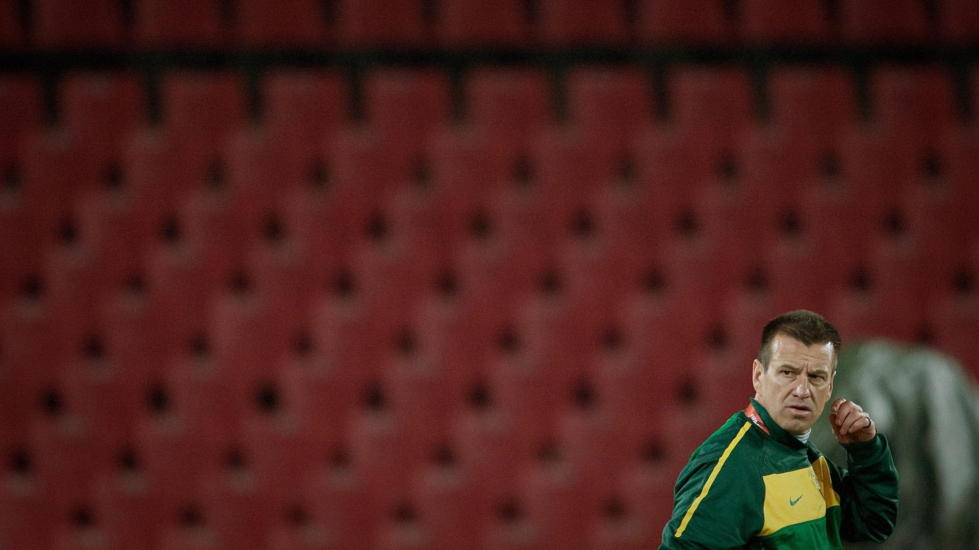 Dunga, técnico da seleção, no estádio Ellis Park, às vésperas da Copa do Mundo de 2010
