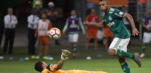 Borja toca por cima do goleiro Viera para fazer seu segundo gol no jogo