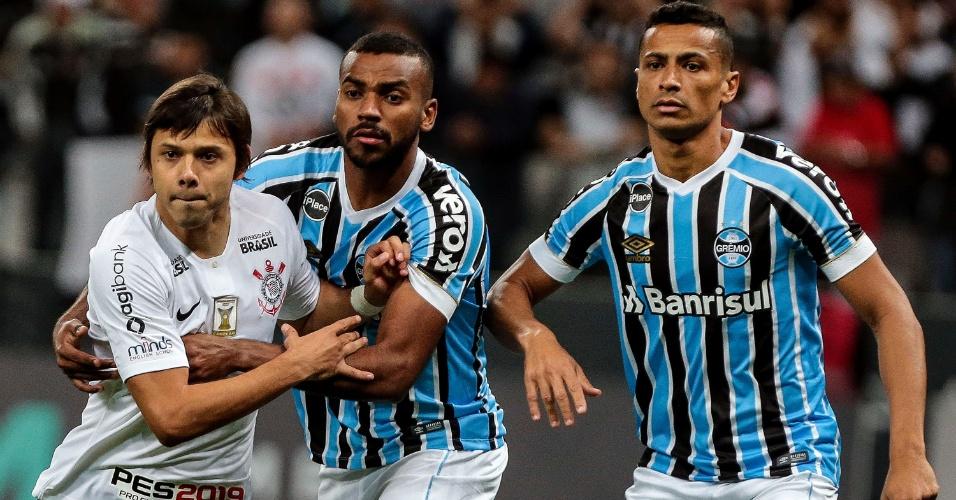 Romero é marcado por Léo Gomes e Cícero no jogo entre Corinthians e Grêmio