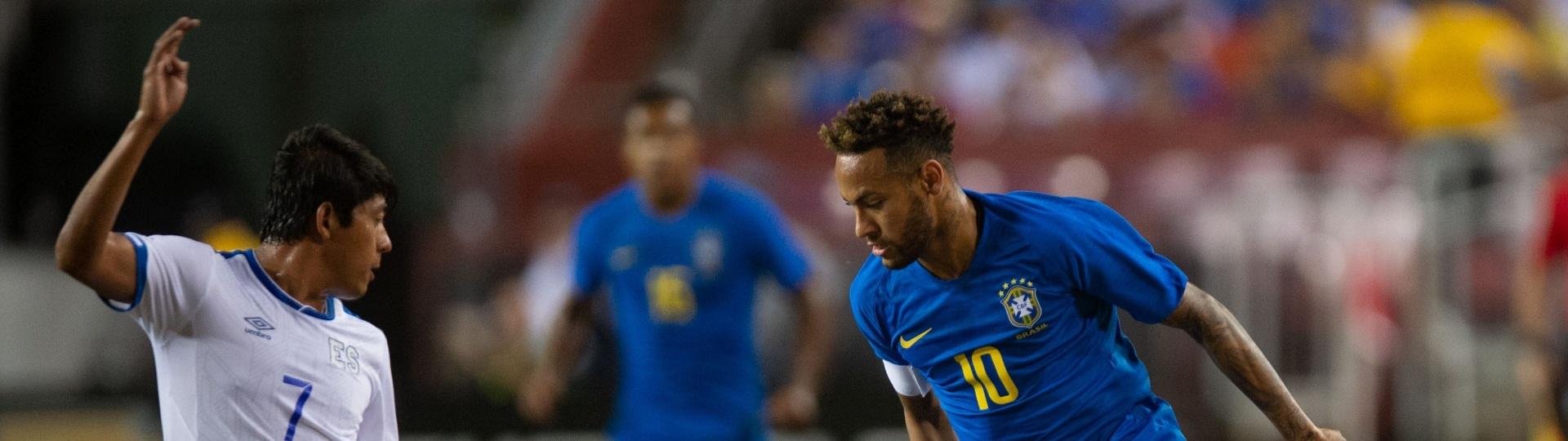 Neymar encara marcação durante amistoso da seleção brasileira contra El Salvador