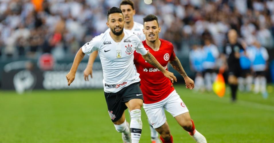 Clayson é perseguido por Zeca durante duelo entre Corinthians e Internacional