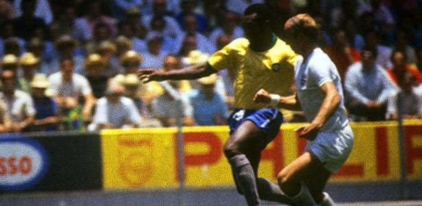 Foto publicada por Pelé em sua rede social: brasileiro disputa bola com Charlton