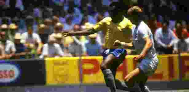Foto publicada por Pelé em sua rede social: brasileiro disputa bola com Charlton - Reprodução/Twitter