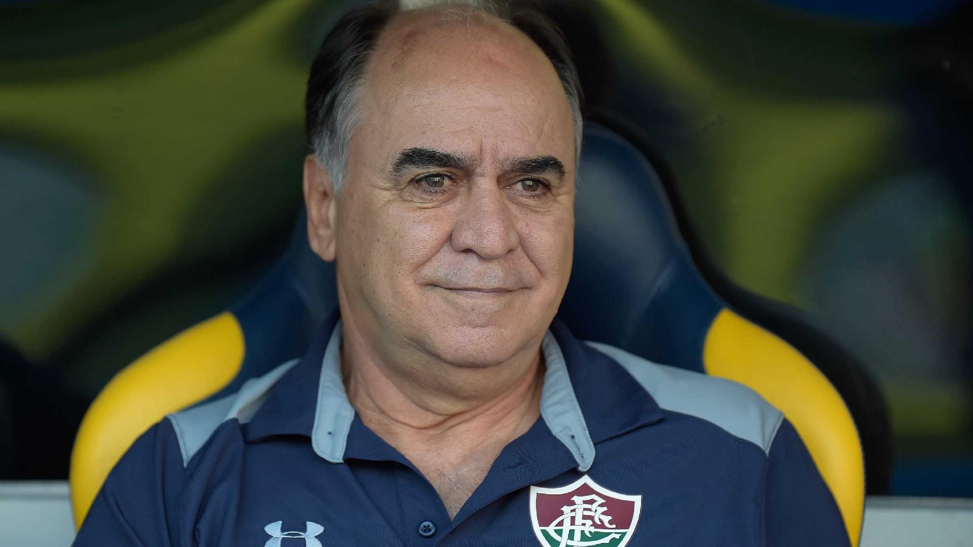 Marcelo Oliveira no banco de reservas durante jogo do Fluminense contra o Vasco