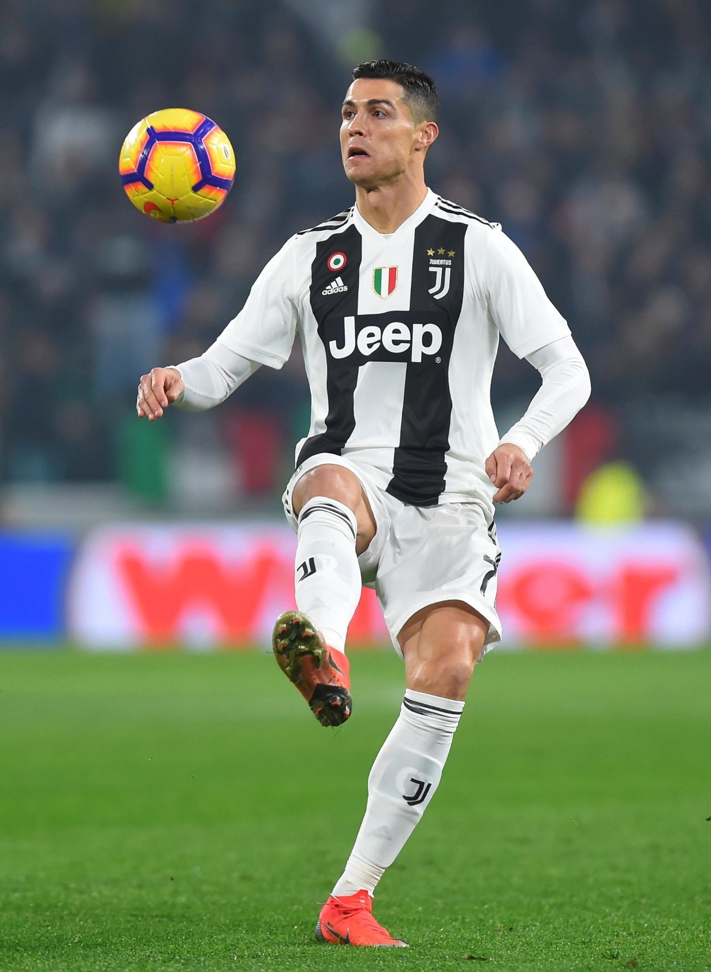 Diretor esportivo revela que Cristiano Ronaldo foi oferecido ao Napoli -  Esporte - BOL 0d2778e26bd84