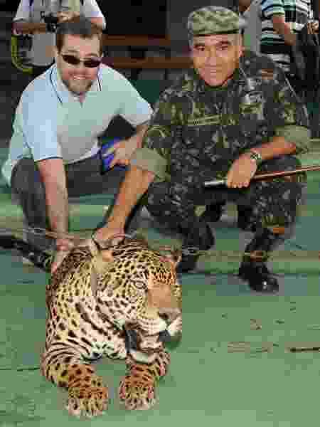 O general Marco Aurélio Costa Vieira posa ao lado de Antonio Dias Toffoli, em foto de 2009, no Centro de Instrução de Guerra na Selva - Valter Campanato/ABr