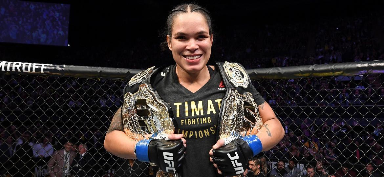 Amanda Nunes comemora com os seus dois cinturões do UFC após nocaute contra Cris Cyborg - Josh Hedges/Zuffa LLC/Zuffa LLC via Getty Images